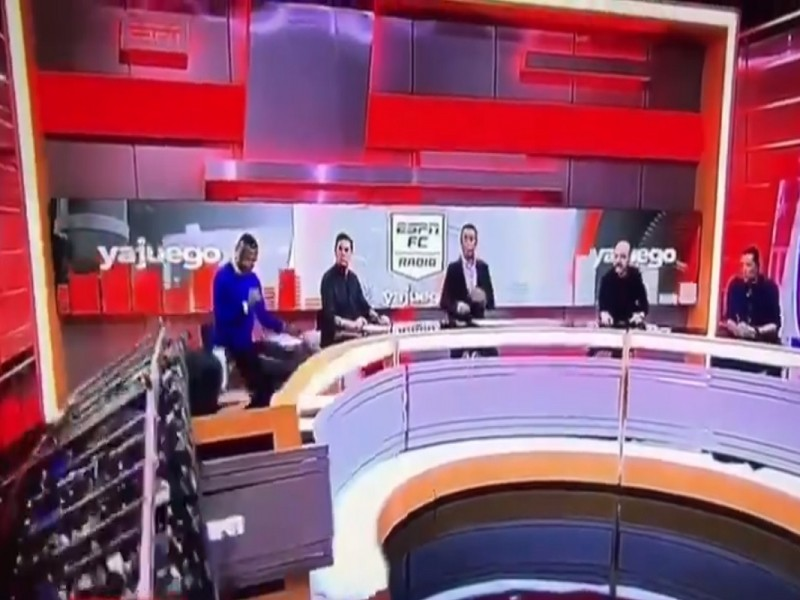 En pleno programa en vivo, pantalla gigante cae sobre conductor