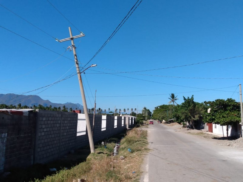 En riesgo de colapso postes de CFE en Puente Madera