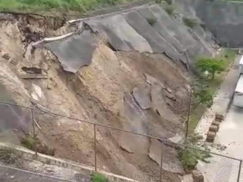 Evacúan centro comercial por deslizamiento de ladera