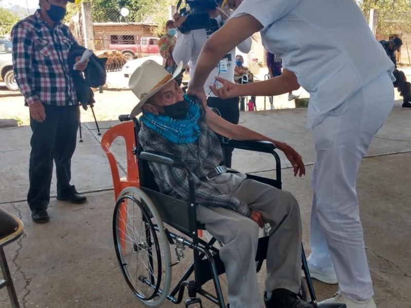 En silla de ruedas don Sisto Báez acude a vacunarse