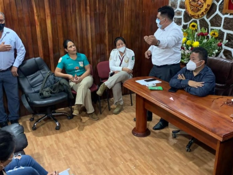 En Unión Juárez rechazan albergue para migrantes, retienen funcionarios