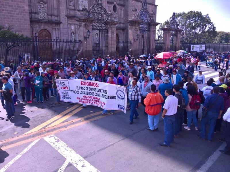 Encabezan mitin trabajadores educativos en Morelia