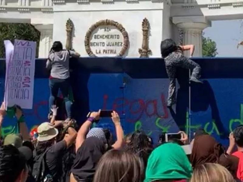 Encapuchadas derriban vallas en Bellas Artes