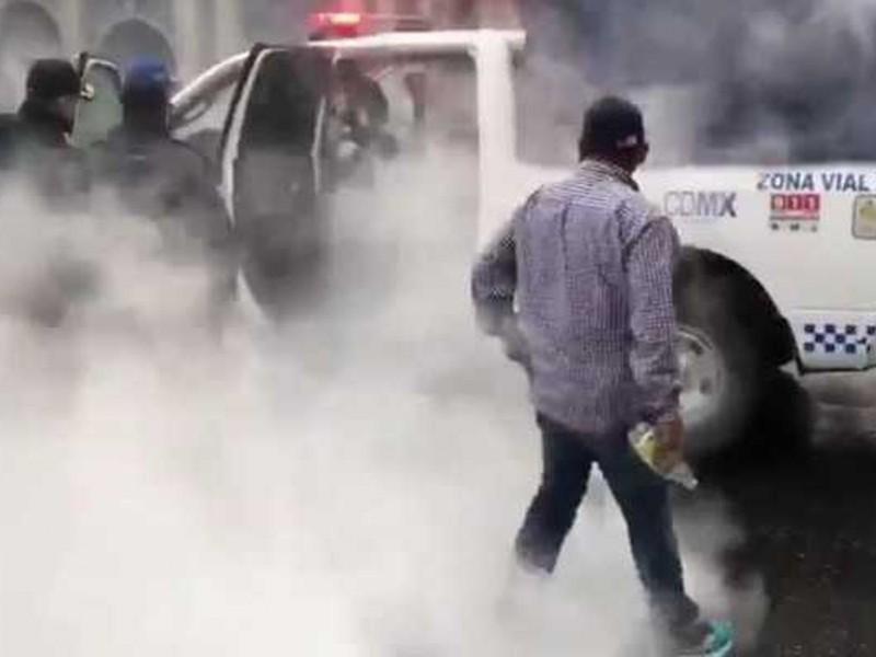 Encapuchados avientan cohetón e incendian patrulla