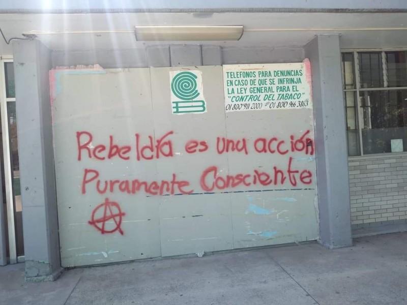 Encapuchados vandalizan el Plantel 9 del Colegio de Bachilleres