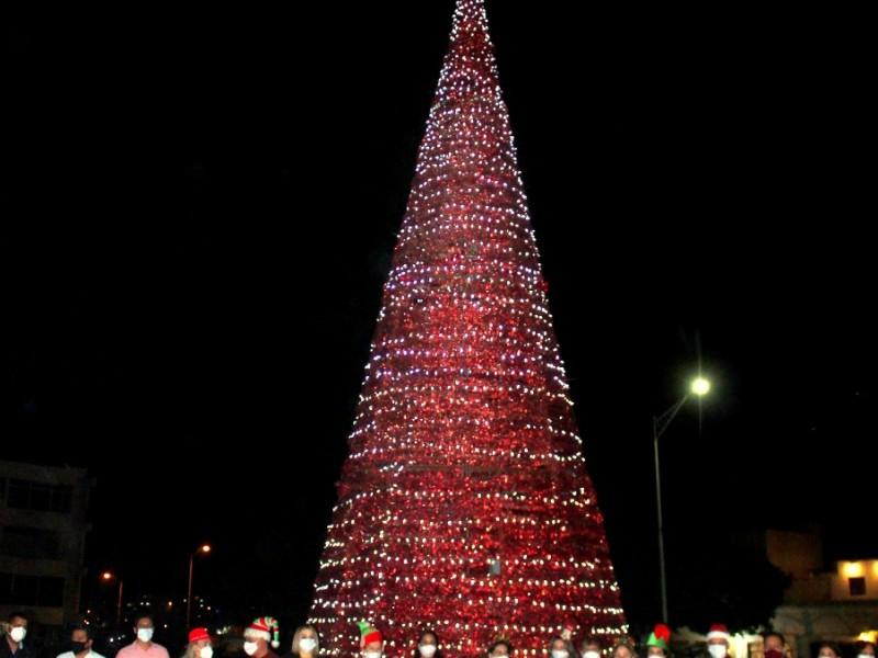 Enciende Sara Valle árbol de Navidad en plaza Tres Presidentes