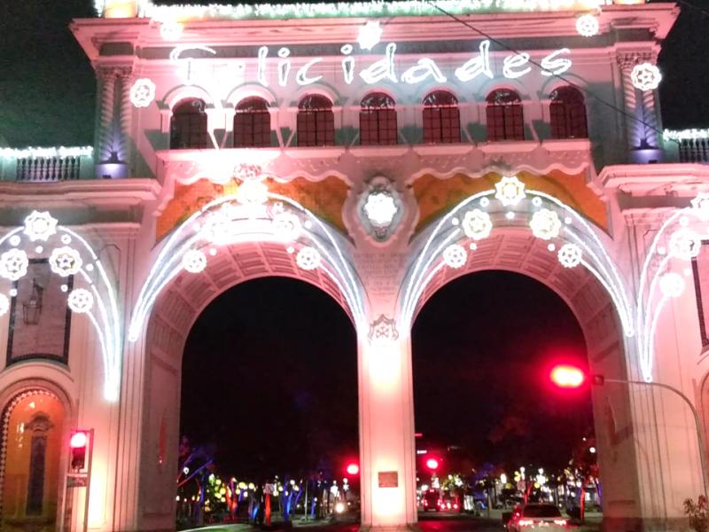 Encienden tradicional ornato navideño en calles de Guadalajara