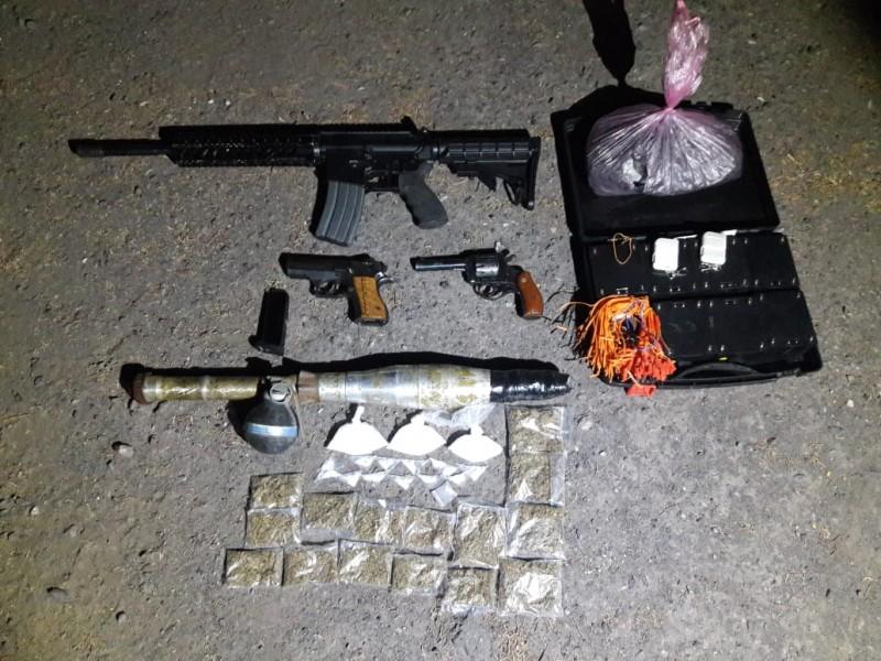 Encuentran camioneta con armamento y droga en Pinos