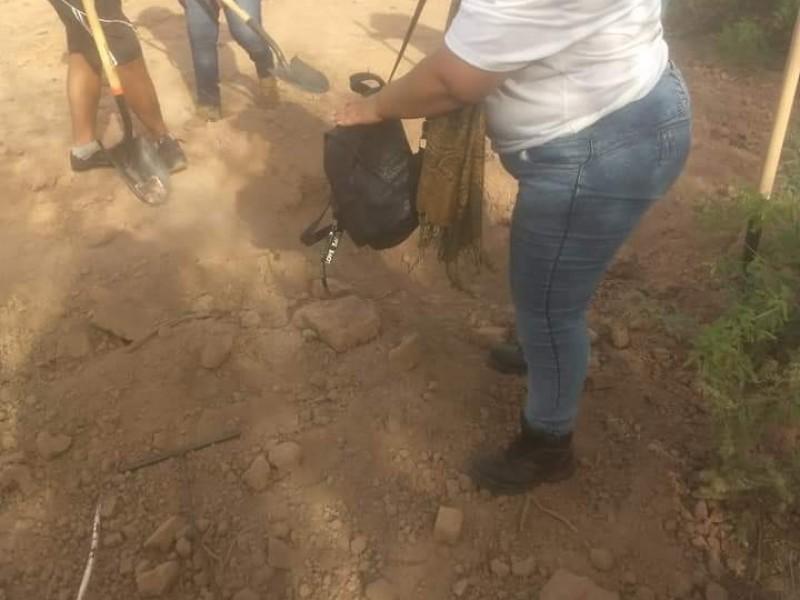 Encuentran cuerpo de mujer semienterrado