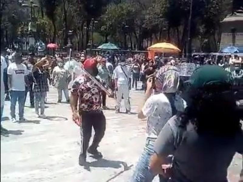 Enfrentamiento entre ambulantes y feministas