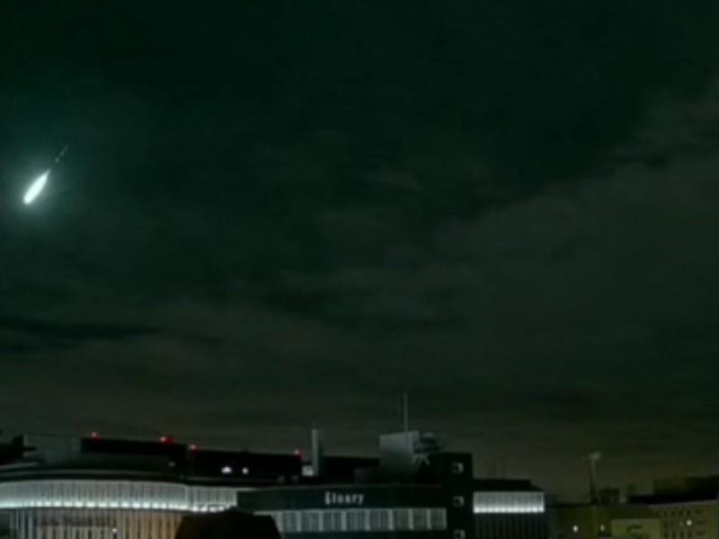 Enorme bola de fuego ilumina el cielo de Japón