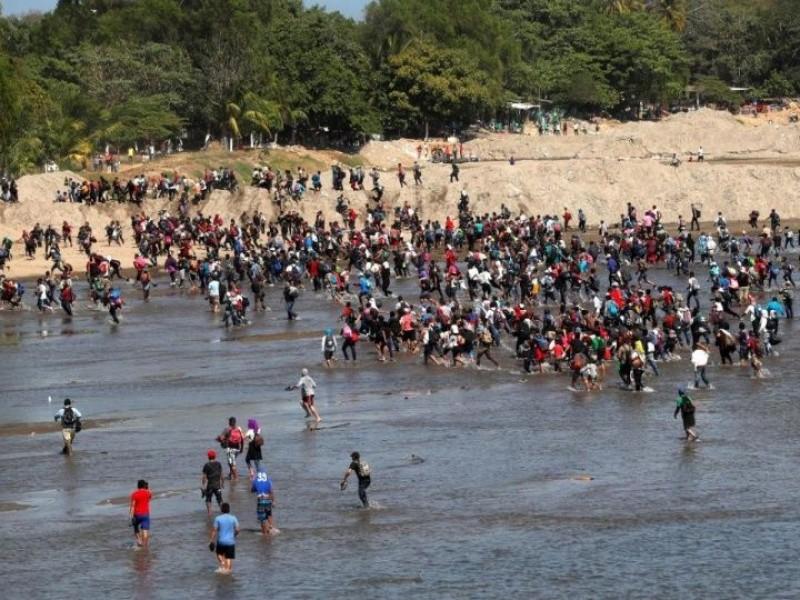 Entre disturbios migrantes cruzan río Suchiate