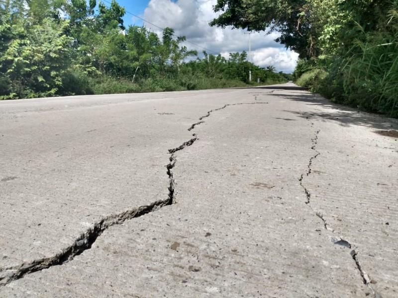 Entre grietas y hundimientos luce la carretera Tuxpan-Cazones