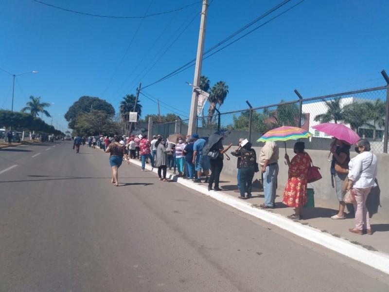 Entre largas filas avanza vacunación en Guasave