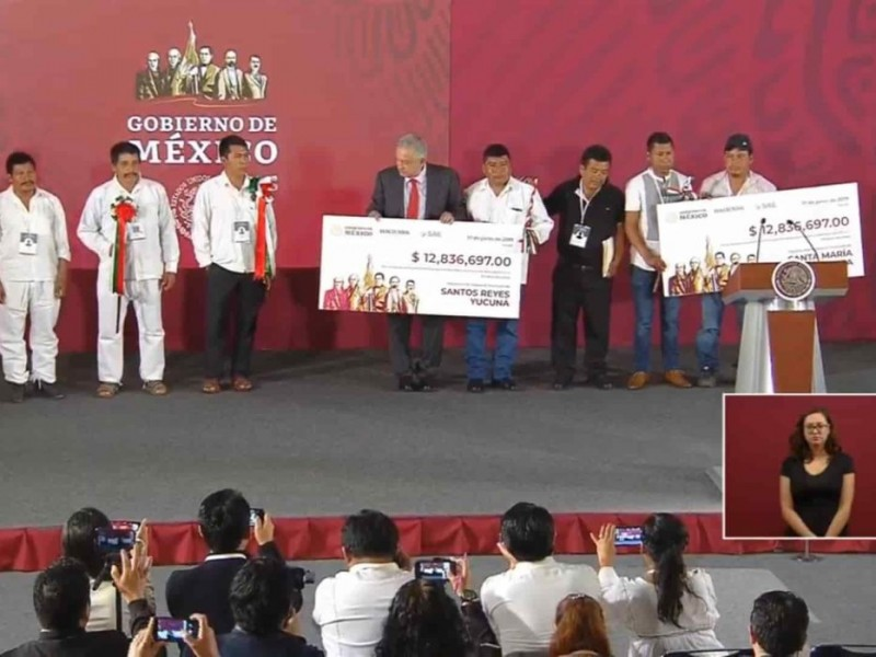 Entrega AMLO recursos del SAE a Oaxaca
