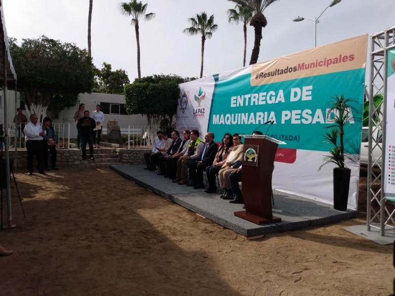 Entrega Ayuntamiento maquinaria pesada a servicios públicos