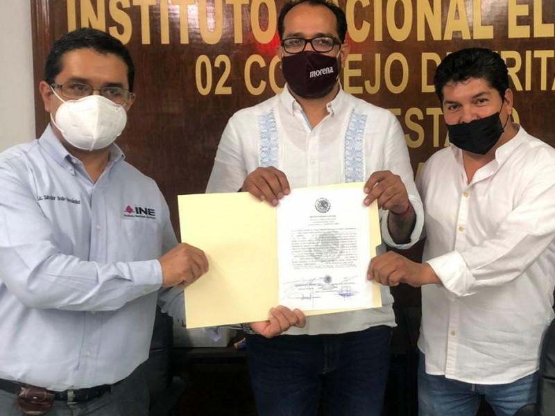 Omar Castañeda recibe constancia de mayoría de votos