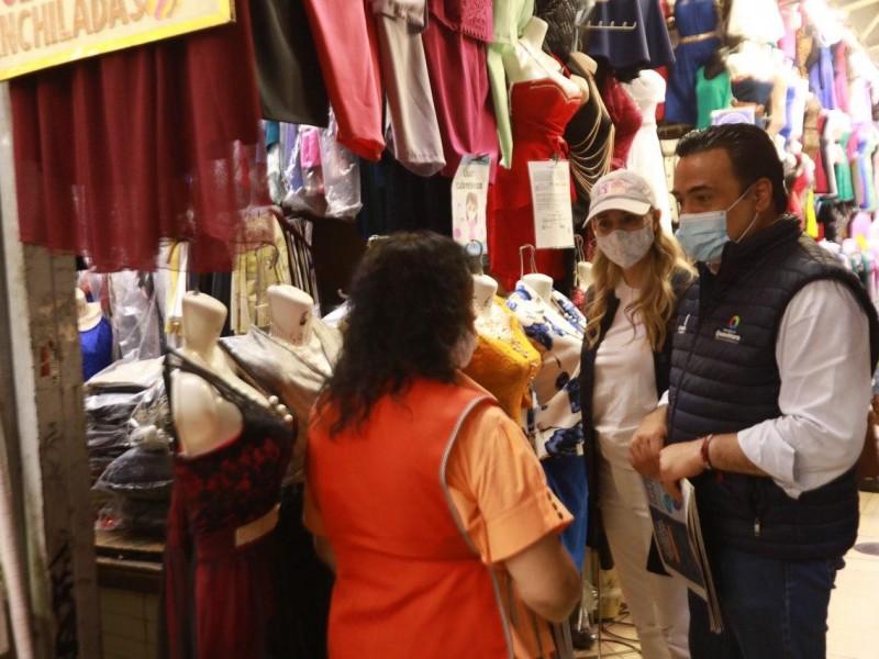 Entrega de cubrebocas en mercado Escobedo
