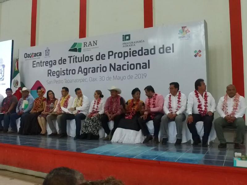 Entrega de títulos de propiedad en  Tapanatepec