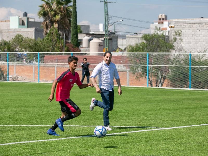 Entrega Gobernador cancha de futbol en COBAQ 17
