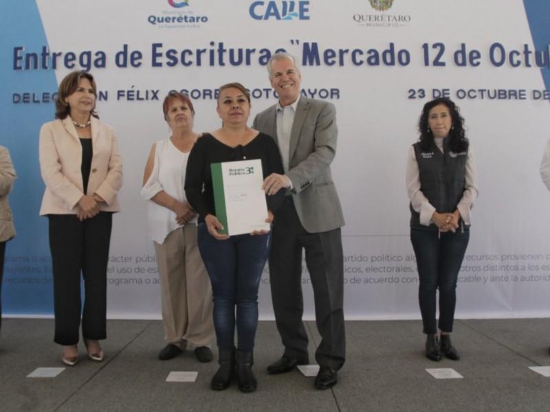 Entrega Municipio de Querétaro 40 escrituras a locatarios