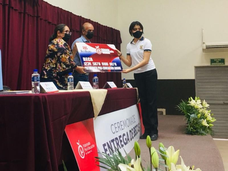 Entrega Patronato Pro Educación un millón de pesos en becas