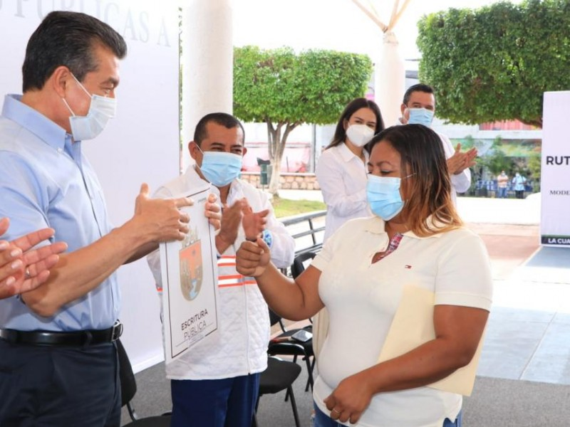 Entrega Rutilio Escandón escrituras públicas a 71 familias en Cintalapa
