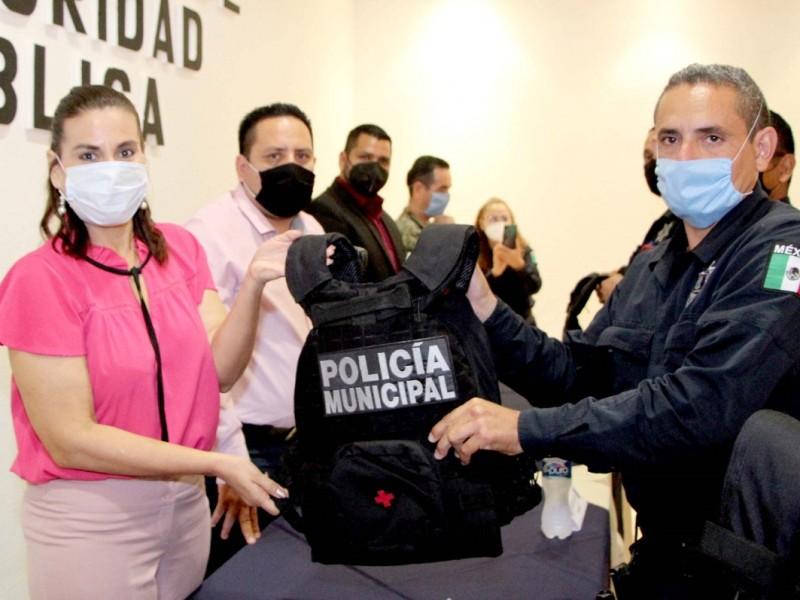 Entrega Sara Valle uniformes y equipamiento digno a policías