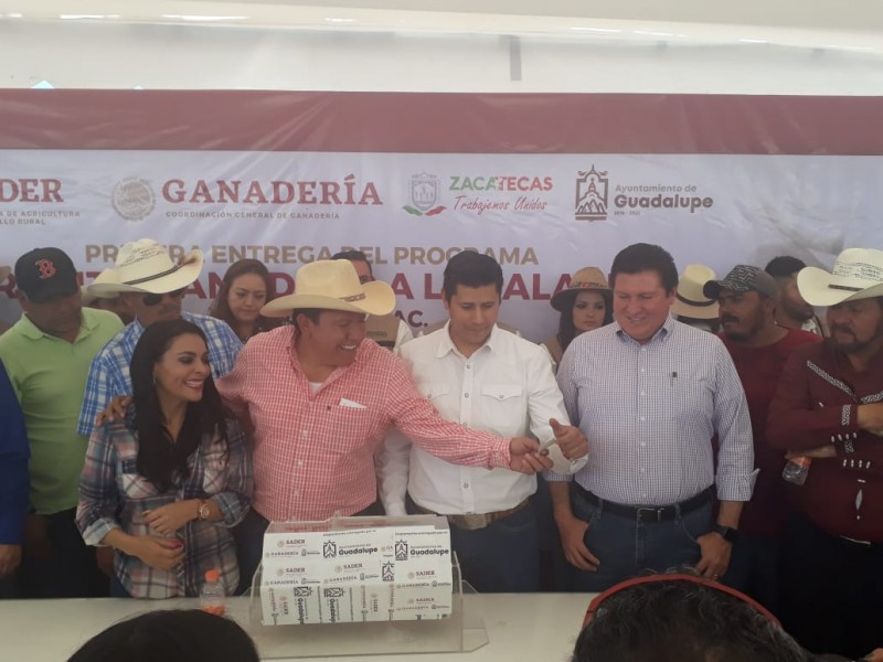 Entregan 130 ejemplares de ganado en El Bordo