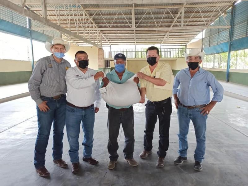 Entregan 4,500 paquetes de semilla de sorgo a ganaderos