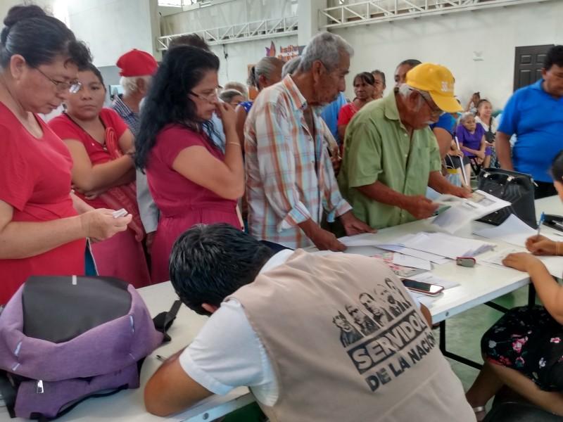 Entregan apoyo a adultos mayores en Salina Cruz