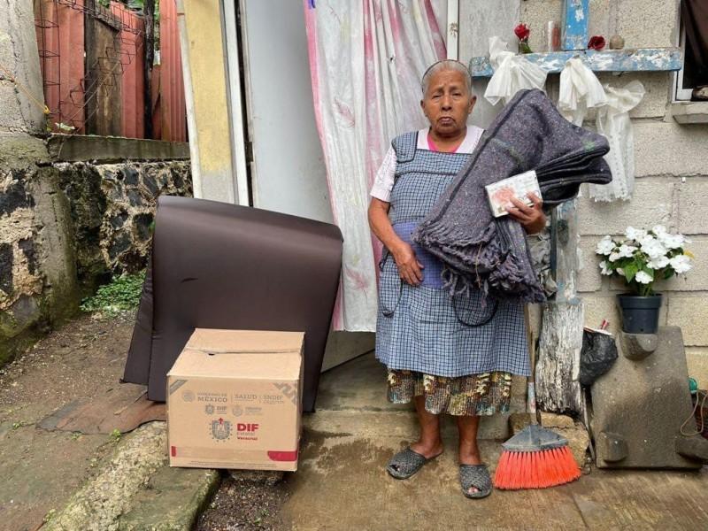 Entregan apoyos a personas afectadas por el huracán