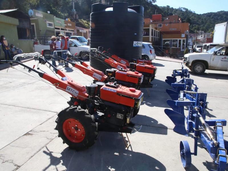 Entregan apoyos a  productores agropecuarios de San Joaquín