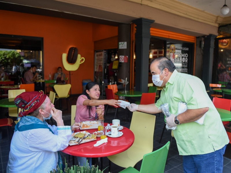 Entregan autoridades de Xalapa cubrebocas en sitios concurridos