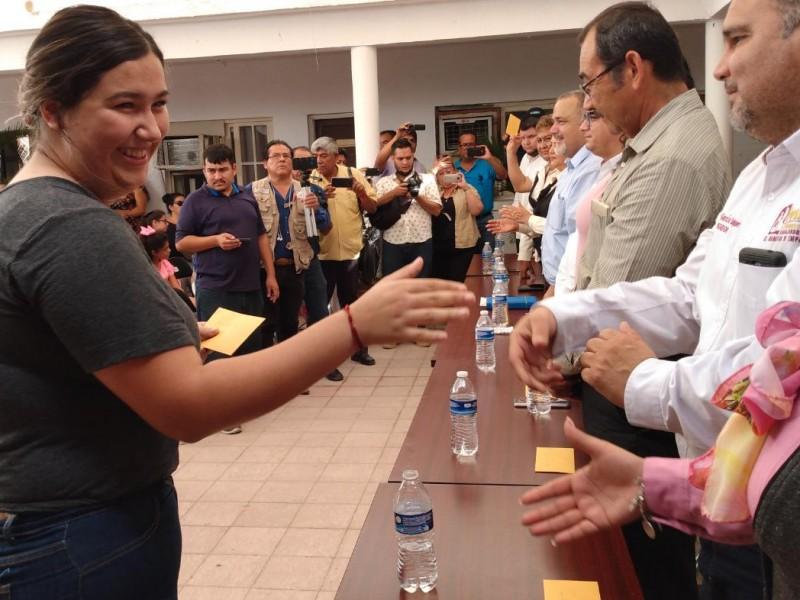 Entregan becas a estudiantes en Empalme
