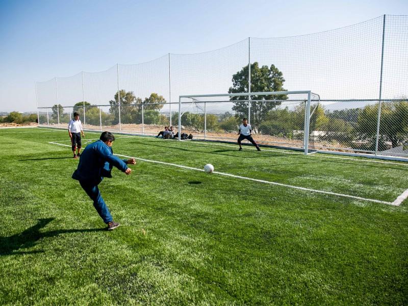 Entregan cancha de futbol en El Marqués