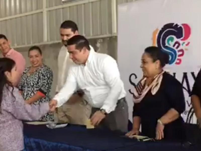 Entregan en Sahuayo becas para estudiantes