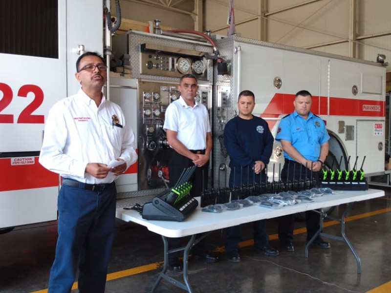 Entregan equipo de radiocomunicación a bomberos