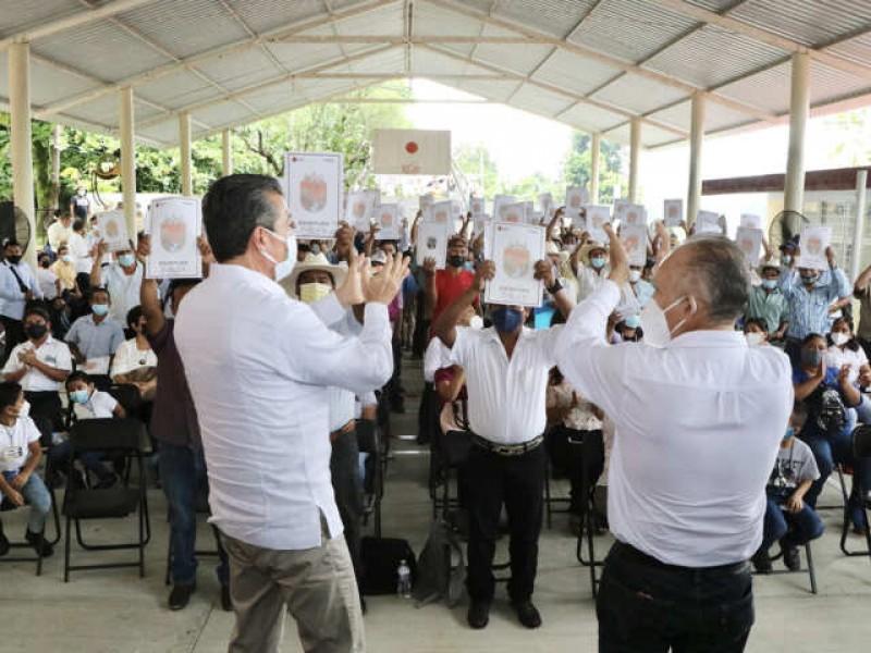 Entregan escrituras públicas en Ixtacomitán