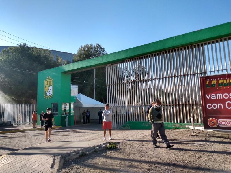 Entregan Estadio León a Roberto Zermeño, se manifiestan aficionados.