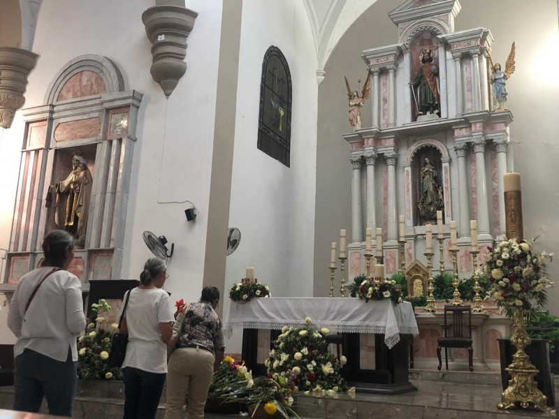 Entregan flores a la Virgen de Fátima