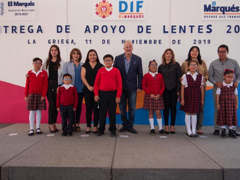 Entregan lentes a 110 estudiantes de El Marqués