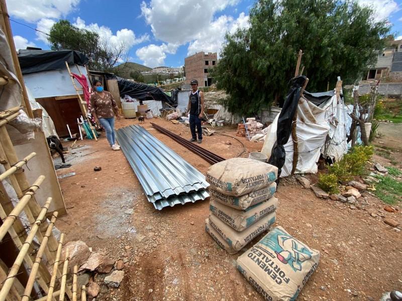 Entregan material de vivienda a familia en pobreza extrema