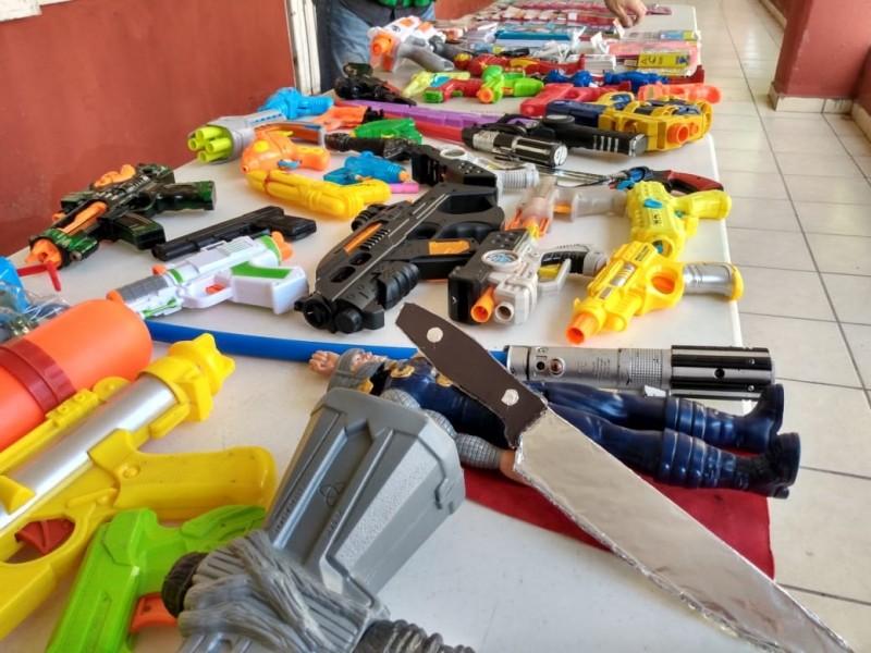 Entregan pequeños armas de juguete