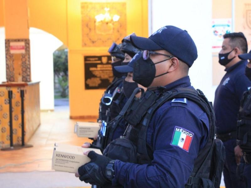 Entregan radios digitales y lámparas a policías