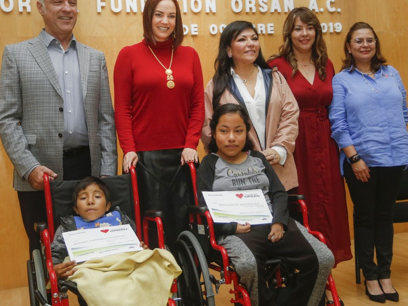 Entregan sillas de ruedas DIF y Fundación Orsan