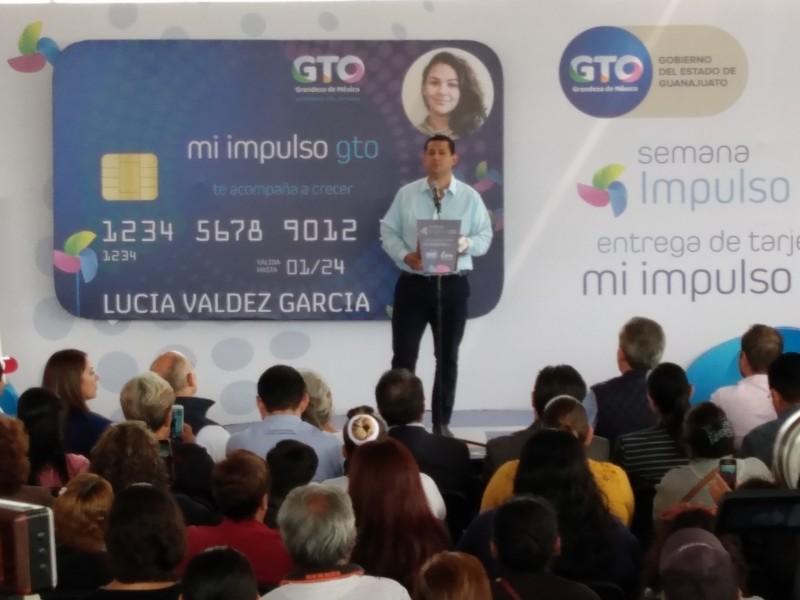 Entregan tarjetas bancarias para apoyos sociales