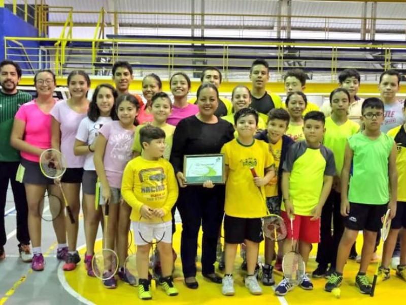 Equipo de bádminton reconoce a Karina Padilla