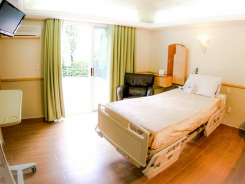 Escasean camas para COVID-19 en hospitales privados; piden depósito