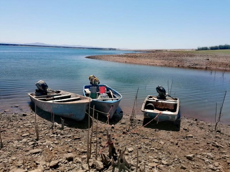 Escasez de agua en presa deja sin sustento a pescadores